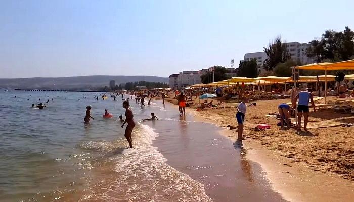 Пляж Жемчужный на набережной Феодосии