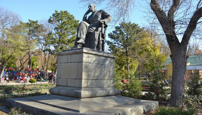 Памятник Треневу
