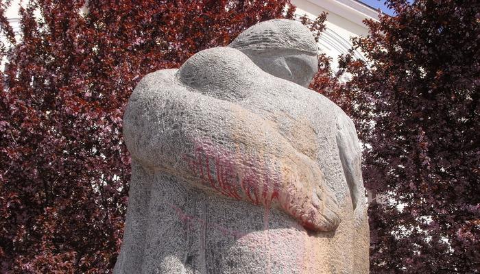 Памятник выстрел в спину