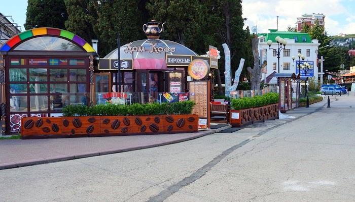 Дом кофе на набережной Алушты