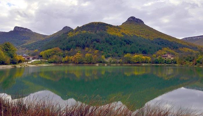 Девичье озеро близ Мангуп-Кале
