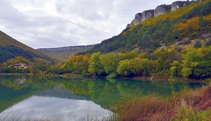 Мангупское озеро в Крыму