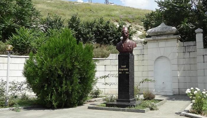 Памятник Гаспринскому в Бахчисарае