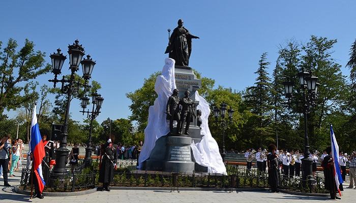 Фото Памятник Екатерине II в парке Симферополя