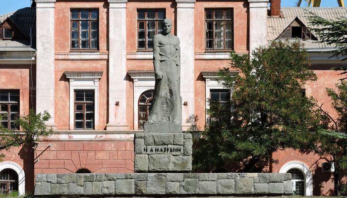 Памятник Назукину