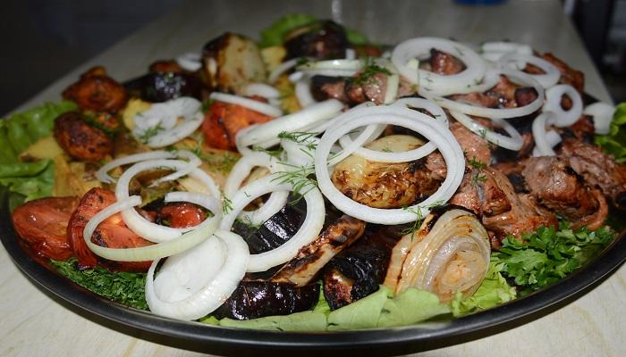 Шашлык с печеными овощами таверна Ладья Феодосия