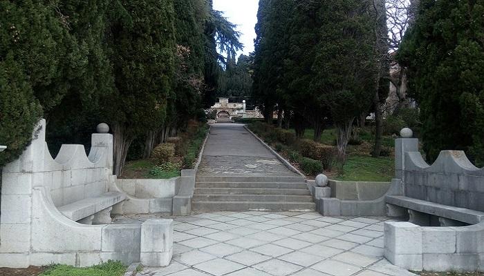 Парк Харакс Гаспра Крым каменные скамьи
