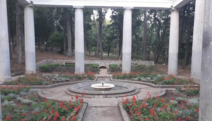 Парк Харакс Гаспра Крым внутри беседки