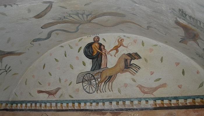 Фото Рисунки на стенах склепа Деметры