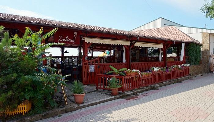 Пляж Голубой залив Коктебель кафе
