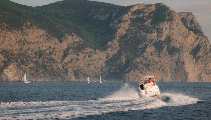 Яхта в Балаклаве