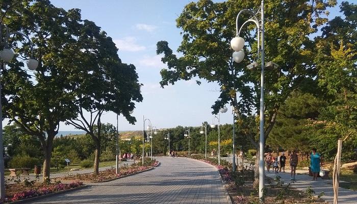 Главная аллея парка Ахматовой в Севастополе