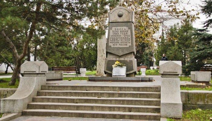 Памятный знак в честь 200-летия основания Севастополя