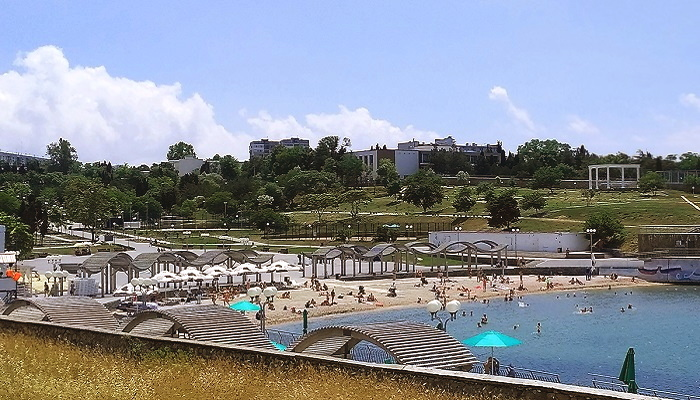 Солнечный пляж парка Ахматовой в Севастополе