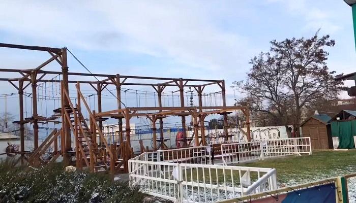 Веревочный городок в детском парке Севастополя