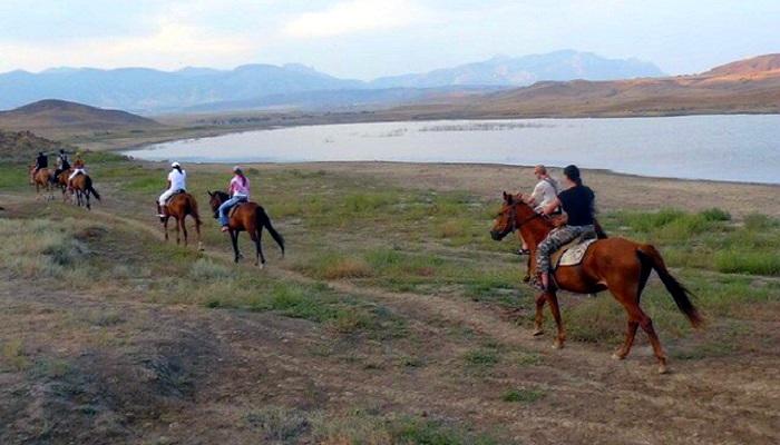Конные прогулки вдоль Озера Бугаз