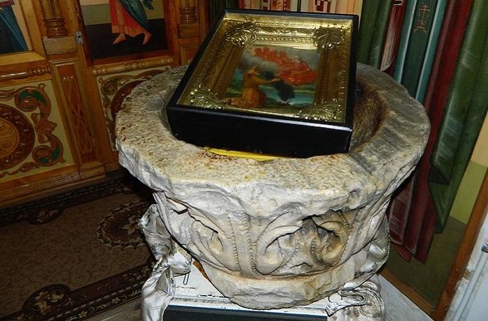 Фото Мраморная купель в храме Святого Илии