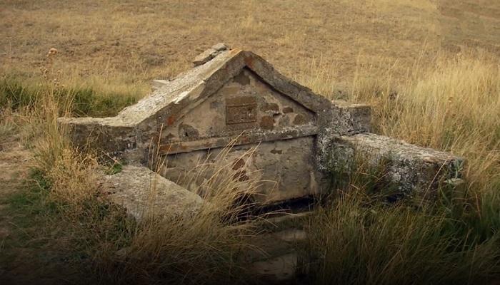 Фото Остатками средневековой церкви у горы Манджил-Кая