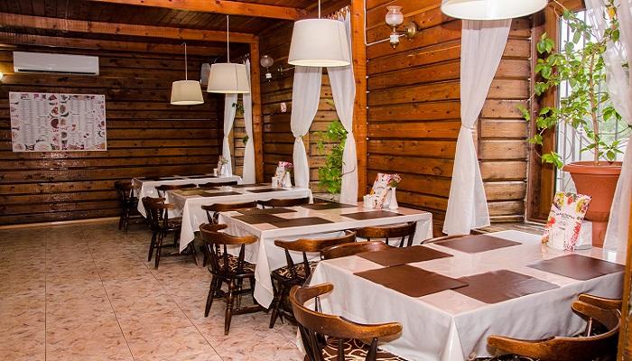 Деревянный зал кафе Блинная в Керчи