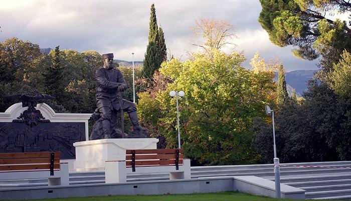 фото Памятник Александру III в Ливадийском парке