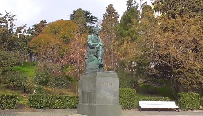 Памятник Чехову в Приморском парке Ялты