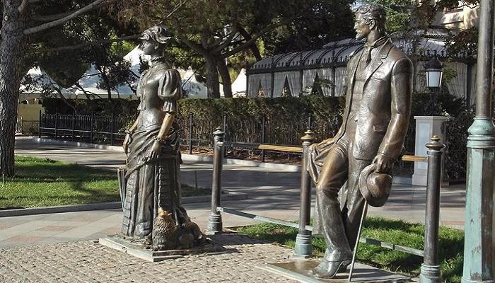 Памятник Дама с собачкой в Ялте
