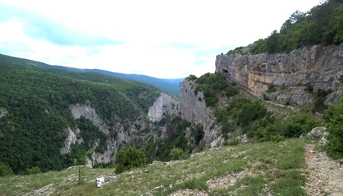 Тропа к Коровий грот Большой каньон Крым