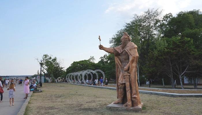 Памятник Богатырю на Набережной Керчи