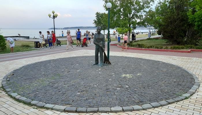 Памятник Школьник с метлой в Керчи