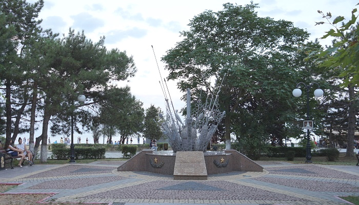 Памятный знак Саперам на Набережной Керчи