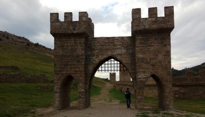 фото ворота Генуэзской крепости