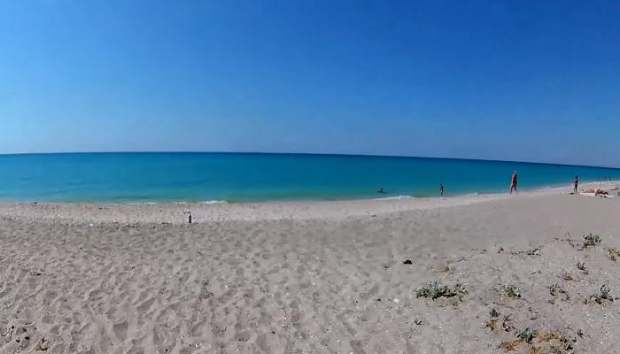 Пляж на косе Беляус Крым