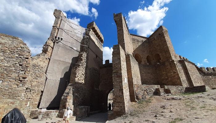 Главные ворота вид из Судакской крепости