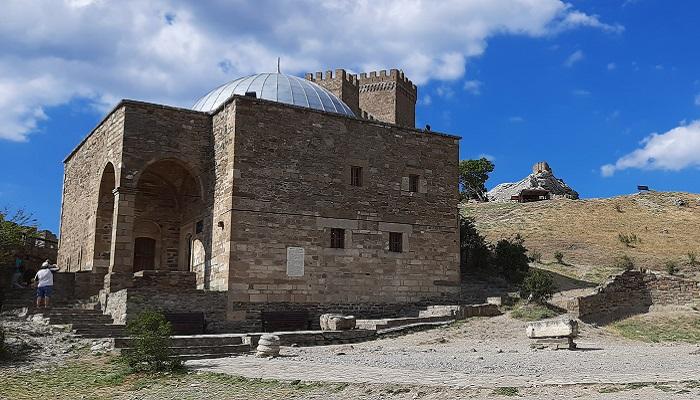 Храм с аркой в Судакской крепости