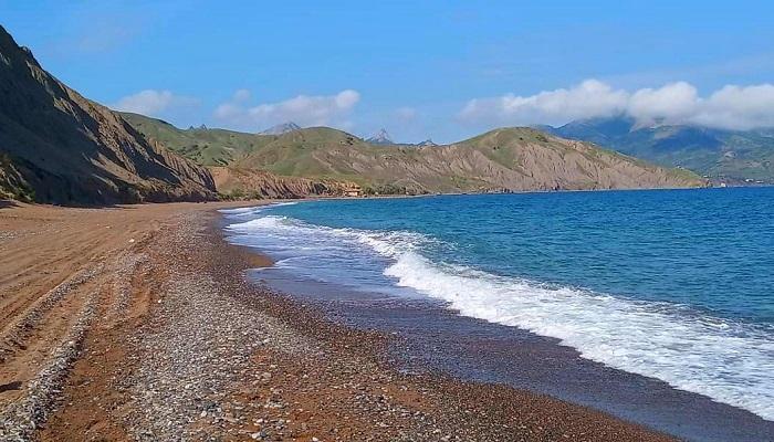 Песочный пляж Лисьей бухты