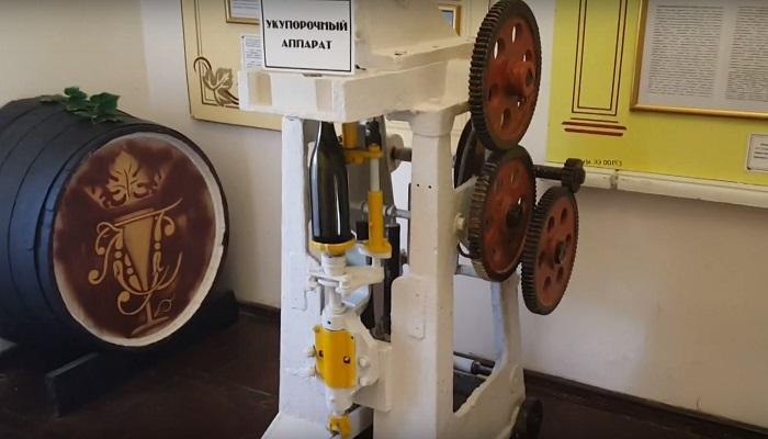 Фото Укупорочный аппарат в музее Голицина
