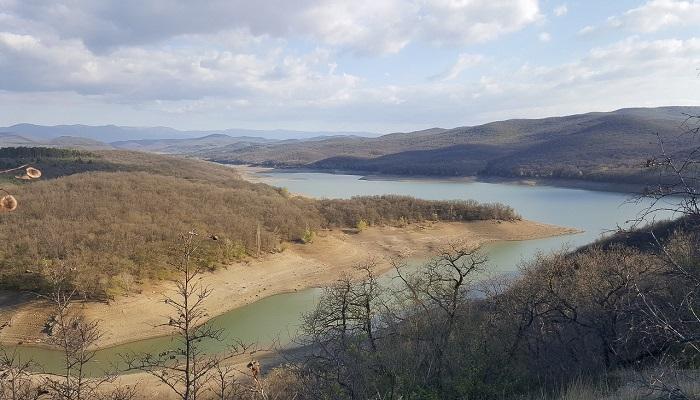 Берега Партизанского водохранилища в Крыму