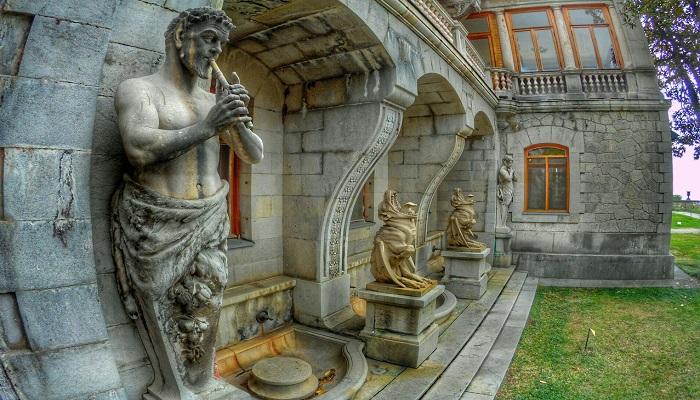 Дворец в Массандровском парке Крым
