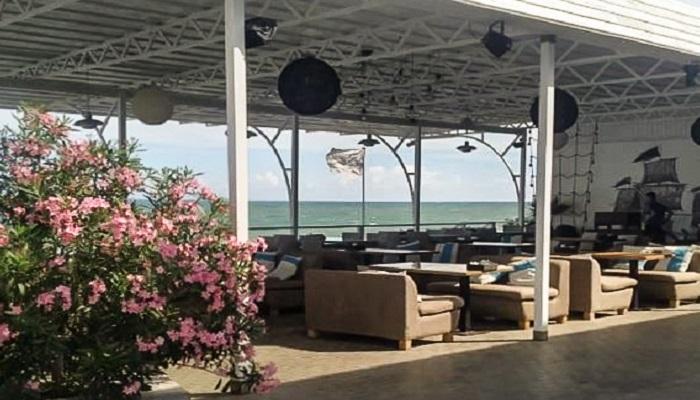 Кафе на берегу моря в Алуште