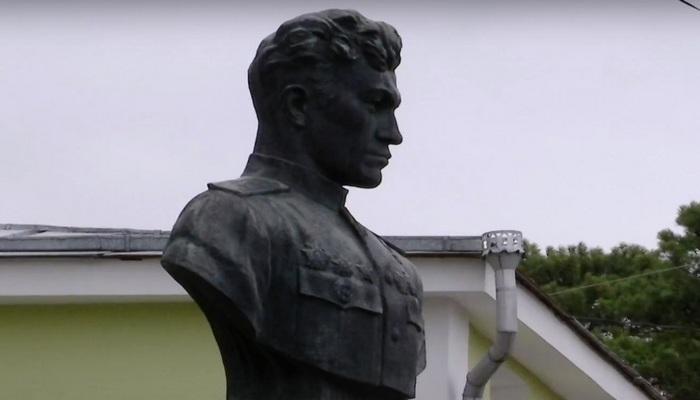 Памятник Амет-Хан Султан