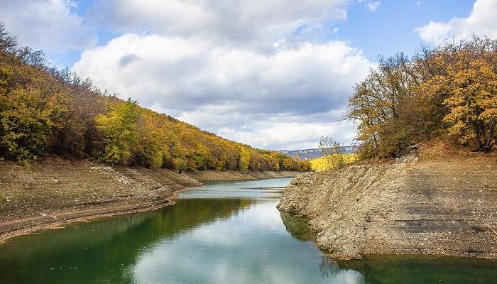 Партизанское водохранилище в Крыму осенью